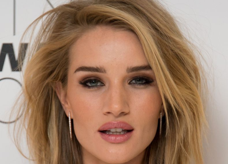 A top model Rosie Huntington-Whiteley aposta no corte long bob para deixar o visual mais sexy