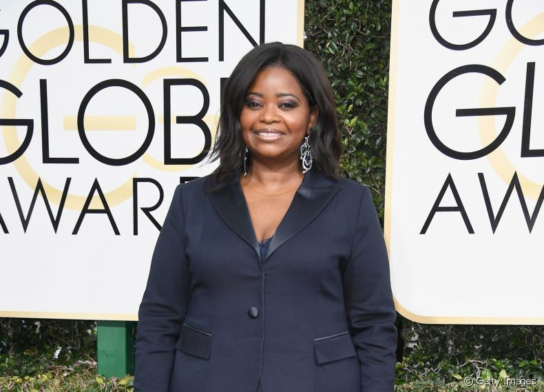 A atriz Octavia Spencer no red carpet do Globo de Ouro 2017