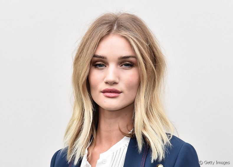 A modelo Rosie Huntington-Whiteley é adepta do corte de cabelo a-line
