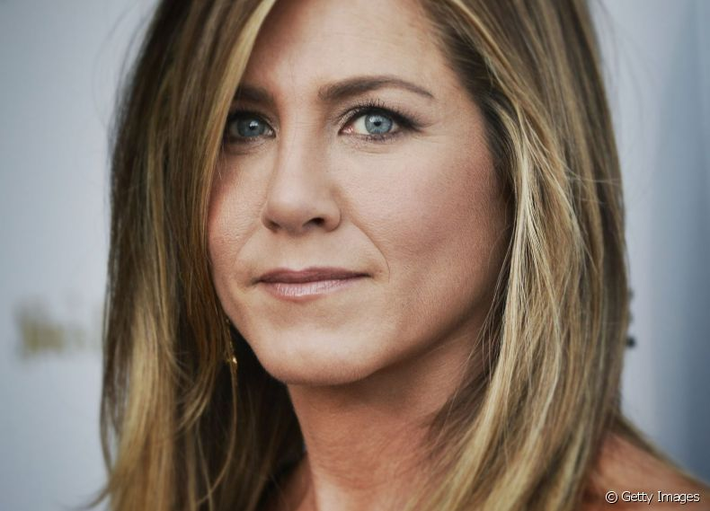 A atriz Jennifer Aniston aposta no bronde tartaruga: visual sofisticado e atemporal