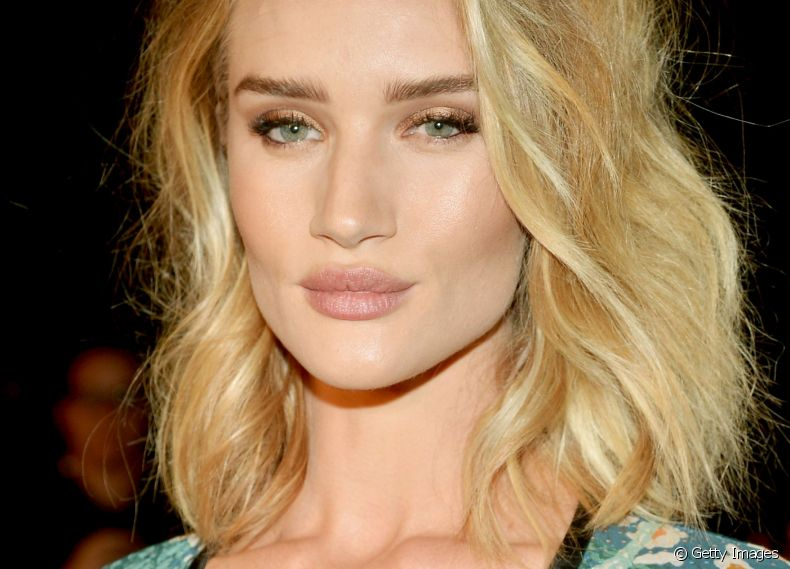 A modelo Rosie Huntington-Whiteley é fã do corte de cabelo lob
