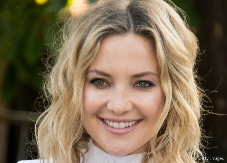 A atriz Kate Hudson exibe corte long bob no estilo messy