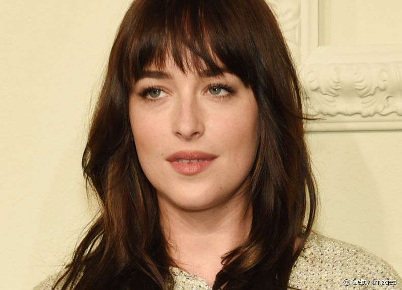 A atriz Dakota Johnson investiu no modelo de franja reto e repicado