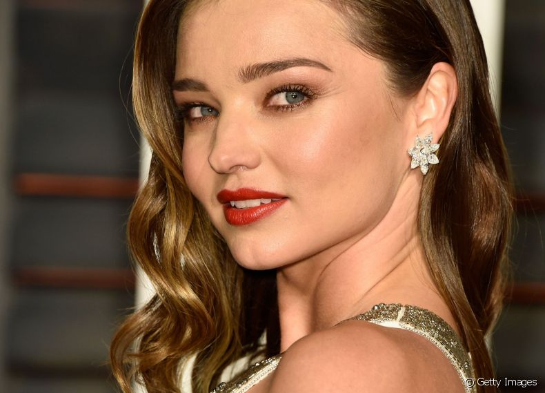 A top  Miranda Kerr escolheu as mechas Bronde para clarear as madeixas de forma sutil e sofisticada
