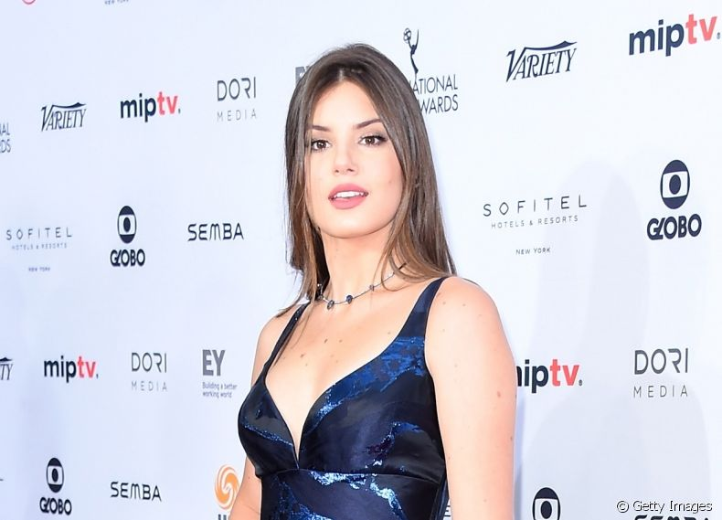 Camila Queiroz brilha no red carpet do evento