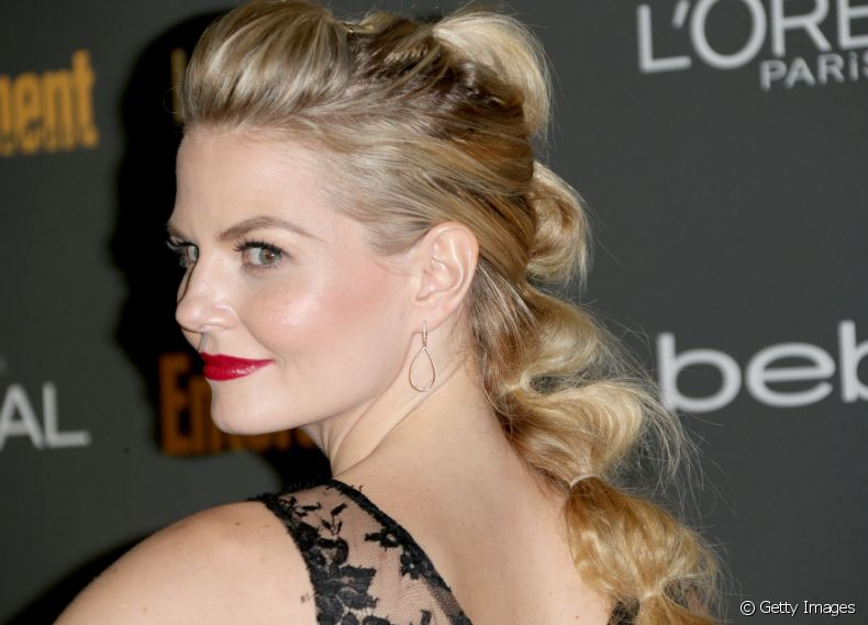 A atriz Jennifer Morrison é adepta do penteado Bubble