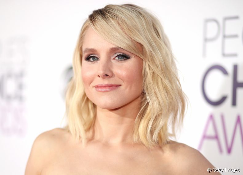 Kristen Bell foi ao People's Choice Awards 2017 investindo nas ondas para seu corte long bob