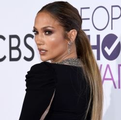 People's Choice Awards 2017: veja 21 fotos dos looks e cabelos de Jennifer Lopez e + famosas no evento