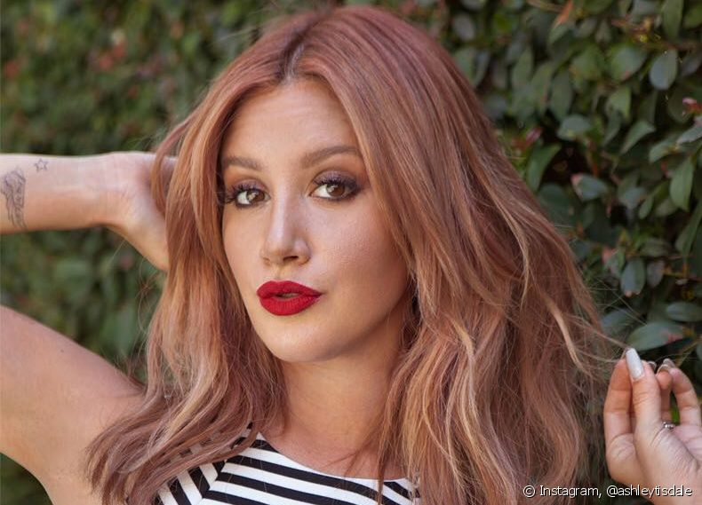 A atriz Ashley Tisdale apostou no bronze hair metalizado