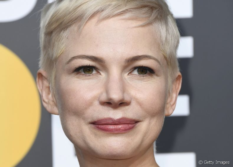 A atriz Michelle Williams é adepta do loiro metálico perolado