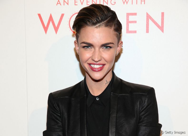 A atriz Ruby Rose aposta no side cut e fios curtinhos no estilo wet para modernizar o visual