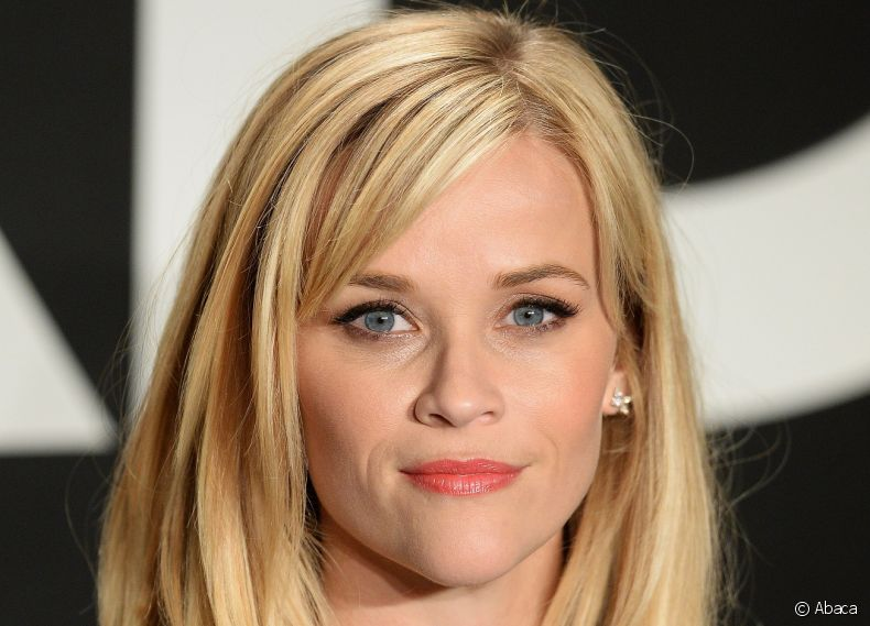 A atriz  Reese Witherspoon exibe fios lisos com franja lateral