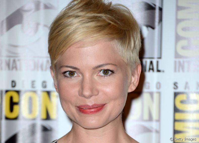A atriz Michelle Willians exibe fios curtos no estilo pixie cut