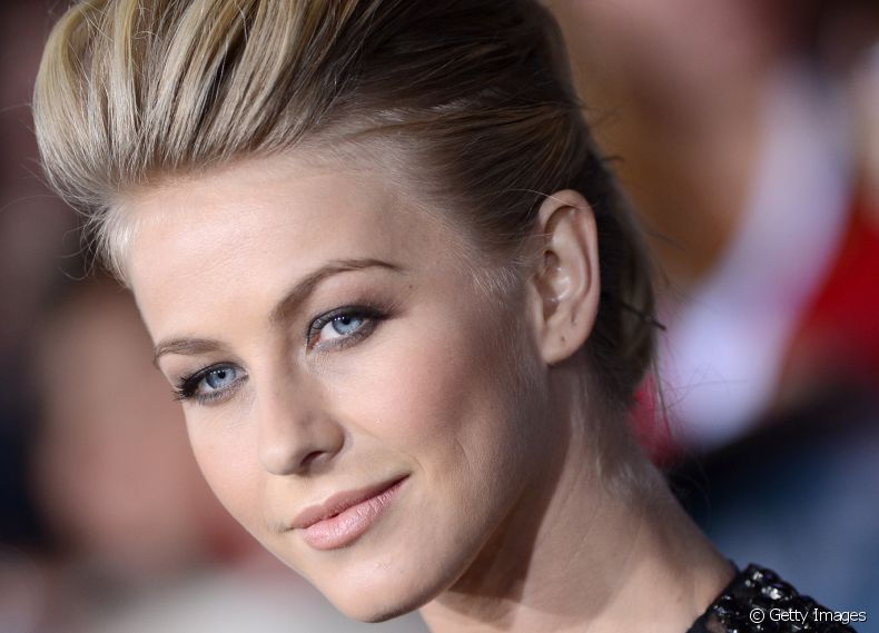 A atriz Julianne Hough exibe fios curtos no estilo pixie cut