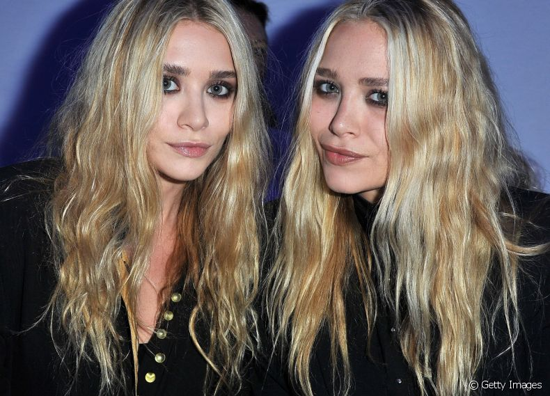 As irmãs gêmeas Mary Kate e Ashley Olsen exibem fios loiros e sobrancelha escura