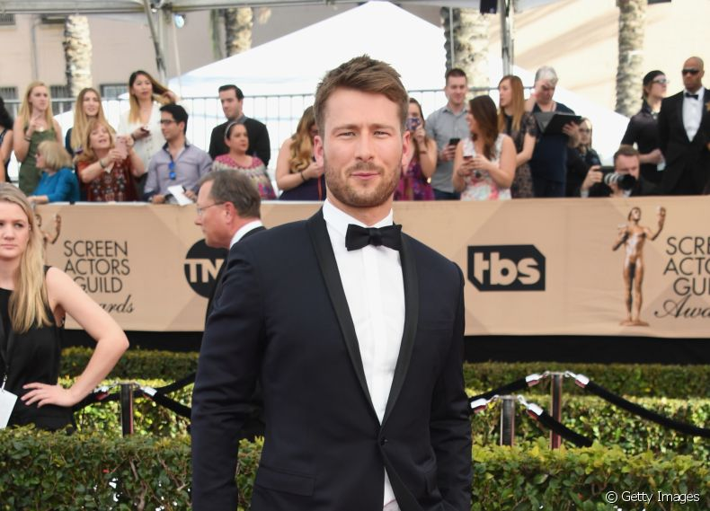 O ator Glen Powell, de 'Estrelas Além do Tempo', no red carpet do SAG Awards 2017