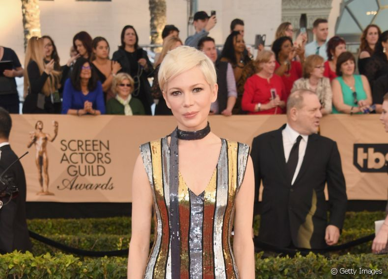 A atriz Michelle Williams deixou o pixie platinado natural para o SAG Awards 2017