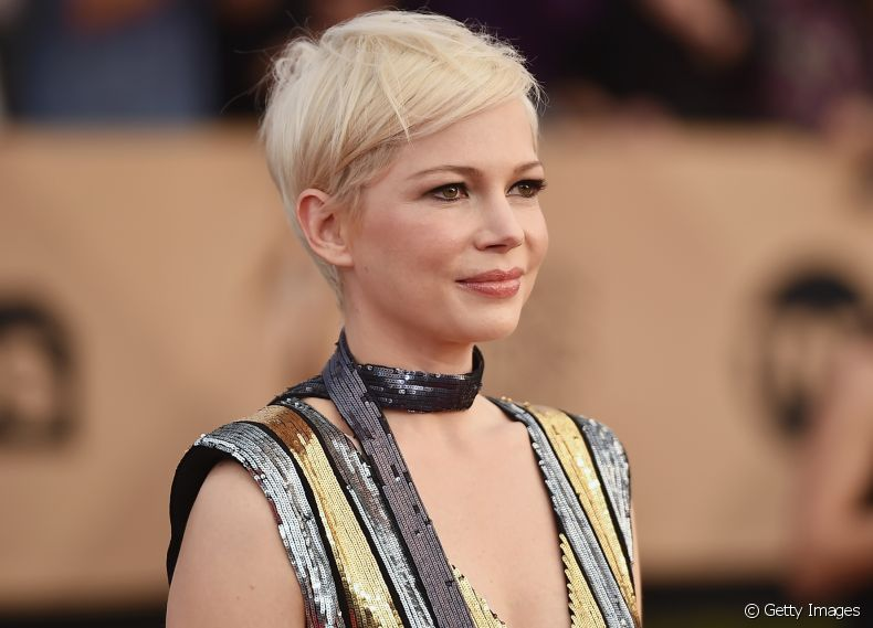 Inspire-se no estilo da atriz Michelle Williams, que apostou no pixie platinado para o SAG Awards 2017