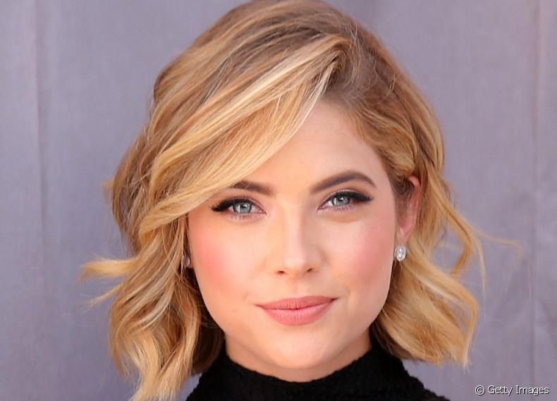 A atriz Ashley Benson aposta no corte assimétrico e franjão lateral