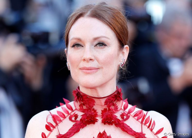 A atriz Julianne Moore escolheu o coque com risca central marcada para completar seu visual do Festival de Cannes 2017