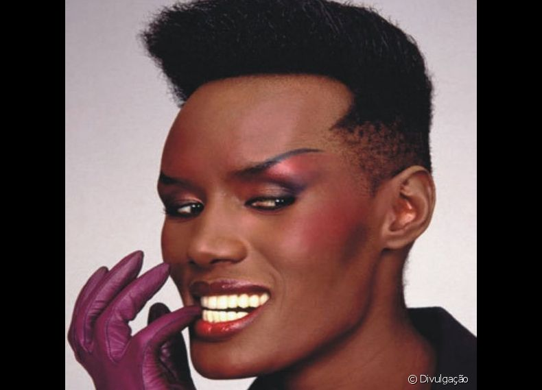 Grace Jones é uma modelo, cantora e atriz jamaicana radicada nos Estados Unidos que interpretou a personagem May Day, em '007 A View To A Kill', em 1985
