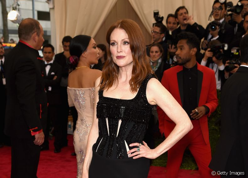 Julianne Moore também investiu no messy hair para o Baile do MET 2015