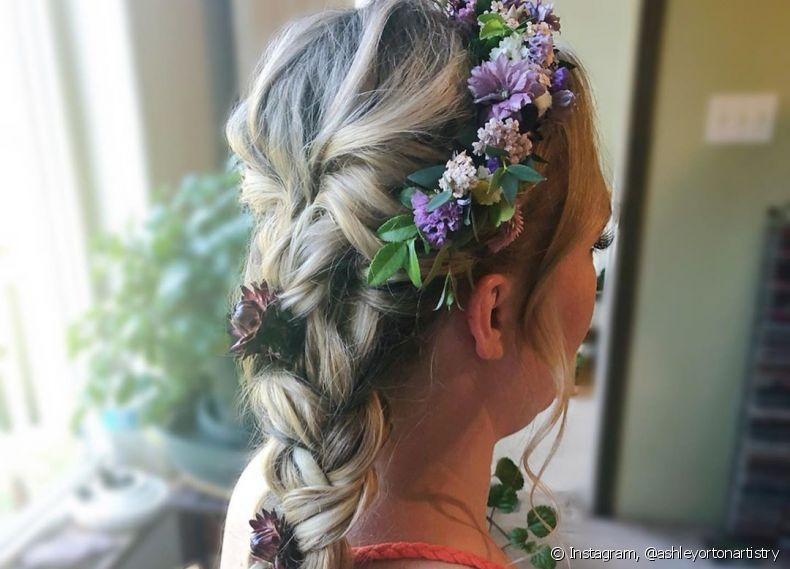 Decorar o penteado com flores pode transformar totalmente o look