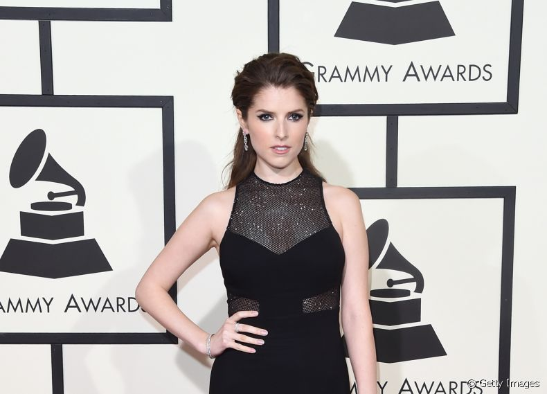 Anna Kendrick  no tapete vermelho do Grammy Awards 2016