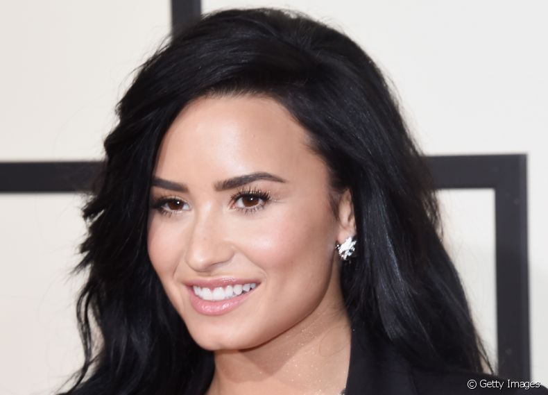 A cantora Demi Lovato chegou ao tapete do Grammy Awards 2016 com visual renovado