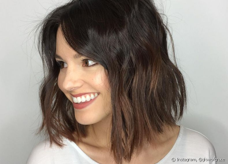 A franja lateral deixa o long bob mais charmoso