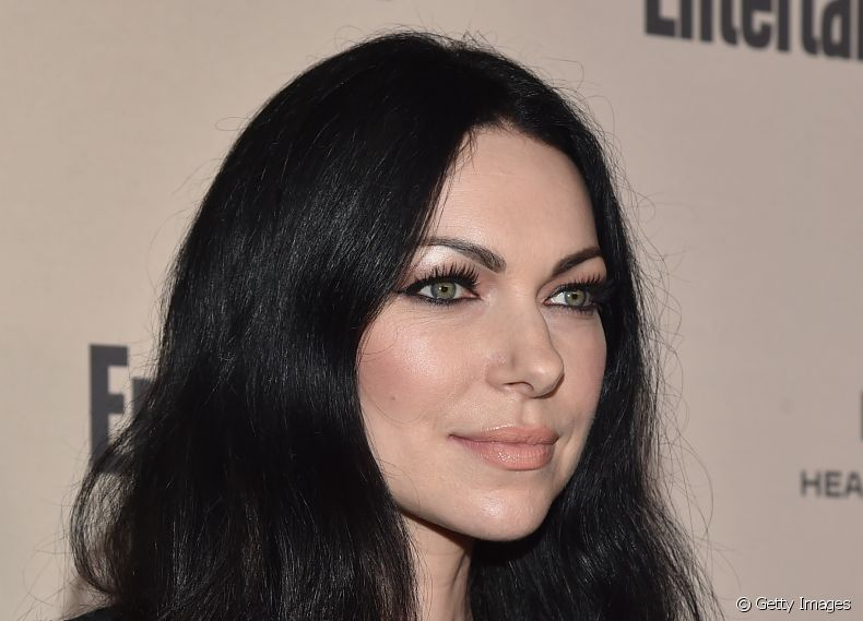 A atriz Laura Prepon, a Alex Vause da série 'Orange Is The New Black', exibe seu cabelo preto longo com base reta e ondas naturais