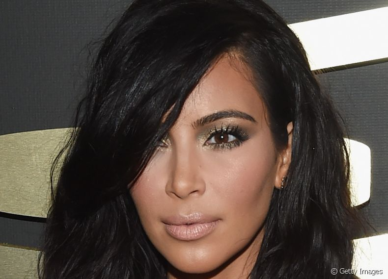 Kim Kardashian exibiu um visual diferente no Grammy Awards 2015