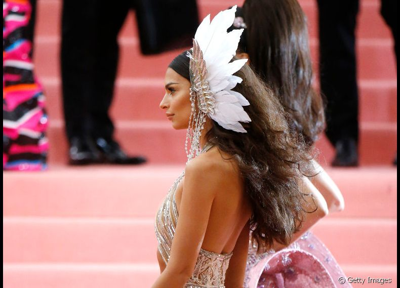 "O cabelo encorpado e texturizado de Emily Ratajkowski combinou com o tema ""Camp: Notes on Fashion"" do baile em 2019"