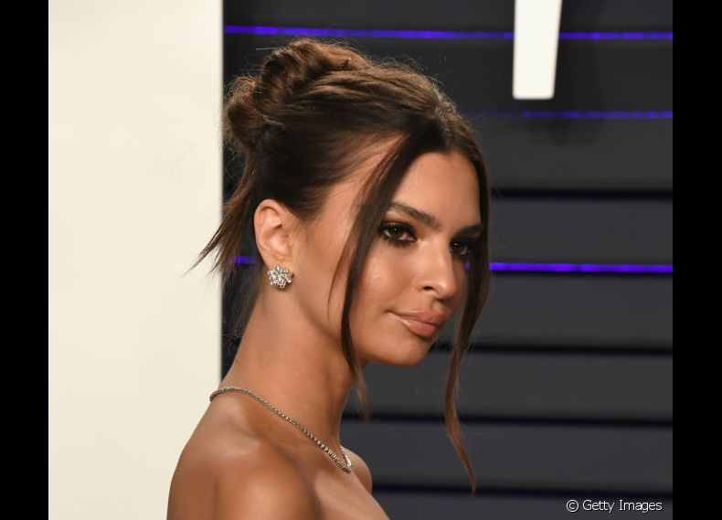 O efeito desalinhado e as mechas soltas do coque de Emily Ratajkowski deixaram o visual mais moderno