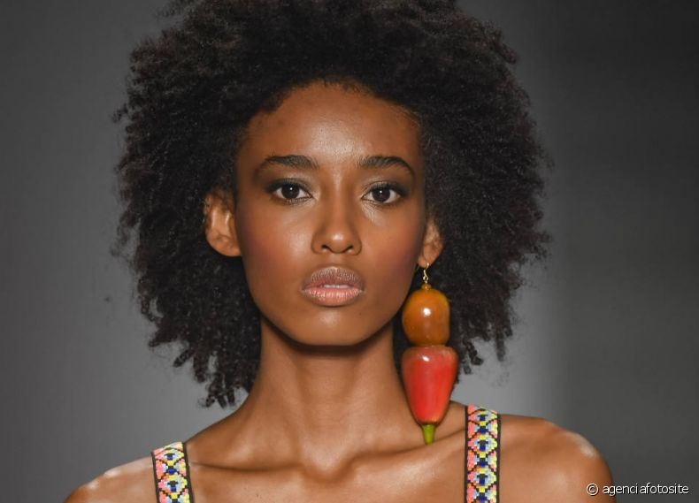 Os cabelos com textura natural dominaram as passarelas, como os black power naturais e bem volumosos do desfile da Borana.