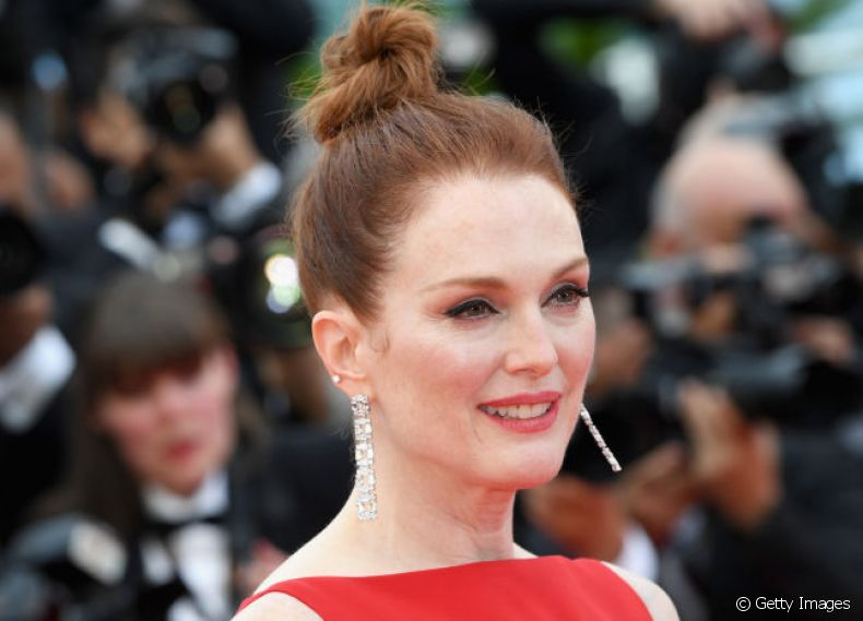 O top knot torcido de Julianne Moore deu um ar mais descontraído ao look imponente no red carpet de Cannes