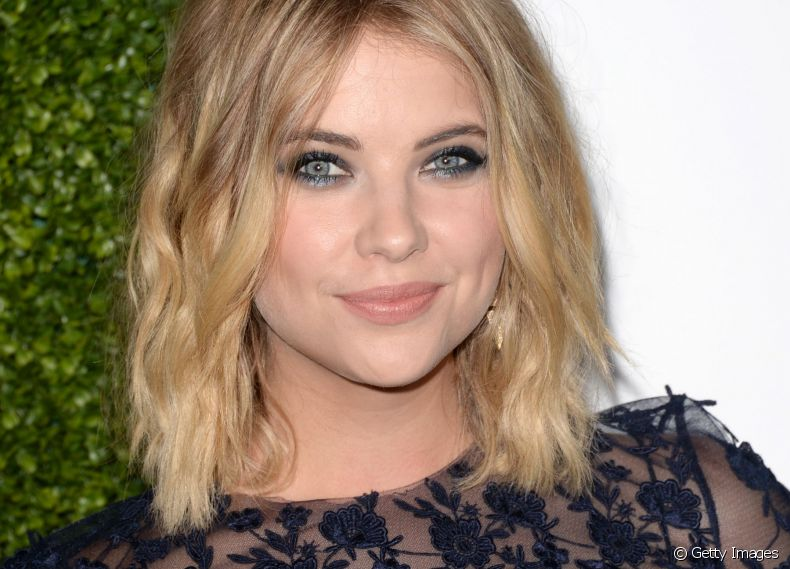 A atriz Ashley Benson, do seriado 'Pretty Little Liars', apostou no messy hair com ondas no efeito praia
